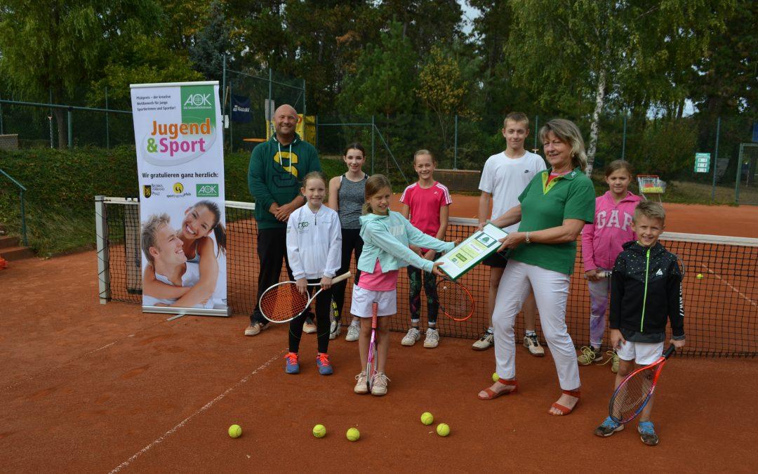 """Tennis als Sport für alle: Park-Tennisclub Grünstadt erhält den AOK-Gesundheitspreis """"Sportjugend Pfalz"""" und 500 Euro für den Nachwuchs"""